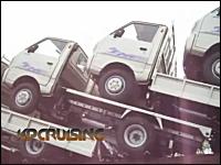 中国雑技団的トラック。18台のトラックを荷台に乗せて走るトラックの映像。