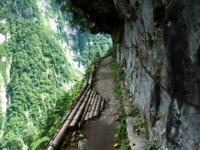 日本にもこんなクレイジーな道があったのか。富山県黒部の水平歩道を行く。