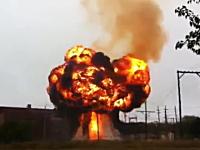 アメリカの変電所で火災が発生し爆発。空高く巨大な火の玉が上がる映像。