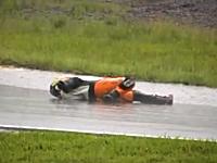 バイクレースで転倒したライダーが赤旗を誘う為に気絶したフリ⇒バレバレw