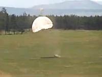 パラシュート降下訓練で着陸に失敗した新兵が強風に煽られて大変な事に。