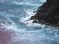 飛び込んだらそのまま自殺になりそうな危険な場所で絶壁ダイブ。恐ろしい。