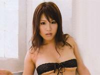 岡本果奈美 パープルのドレス姿でノーブラ横乳巨乳バストをセクシーアピール