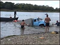 船からトラックに積荷の積み替え作業で大失態⇒大惨事⇒これはオワタw