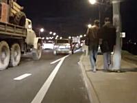 そこは抜け道なのか?ロシア流の渋滞回避方法がフリーダムすぎてwww
