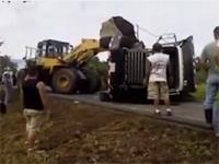 ザ・2次災害。横転したトラックを救出したぞぉぉ・・・え・・・ちょ・・ああぁ!!