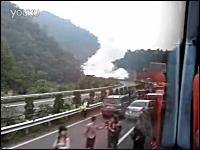 中国の高速道路で横転したタンクローリーが爆発。その瞬間の映像がヤバイ