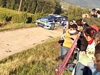 WRCフランス。コースアウトしたソルベルグが畑を突っ切り電柱をなぎ倒す。