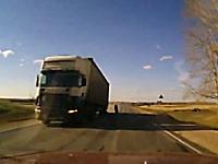 これは避けられない恐怖のドラレコ。対向車のトラックから外れたタイヤが。