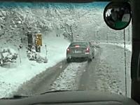 伊豆天城峠。大雪の峠道に無謀にも夏タイヤで挑んだスバル・レガシィ。