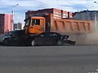 ブレーキが故障した重量級ダンプカーが交差点に突っ込み大惨事に