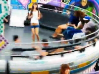 遊園地の回転アトラクションの上で無茶しているギャル二人組の映像