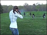 散弾銃女子。スタイル抜群のお姉さんがショットガンをぶっ放している動画。