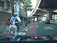 ワロタ光景。自転車のお巡りさんから立ちこぎで必死に逃げているチャリ男。