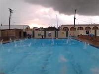 アイスメテオ召喚!! 自宅前のプールに降り注ぐ大量の雹(ヒョウ)に恐怖。