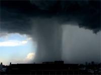 「局地的な雨」とは、つまりこの事。積乱雲から一点集中の大雨映像。