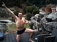 くっそワロタw気合たっぷりで凍ったプールに飛び込んだ男性がw