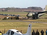 ドイツの古い軍用機が着陸でミスって観客がギリギリ危ないビデオ。C-160