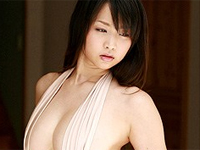 青島あきな パープルの水着を身につけてポーズ