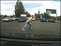 轢かれる瞬間にジャンプして大怪我から免れたスーパー歩行者の映像が凄い