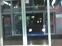 無茶する外人。車に乗ったまま自動ドアを通ってスーパーマーケットに入店