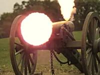 大砲から発射された砲弾が自動車を貫通する様子をスローモーションで。