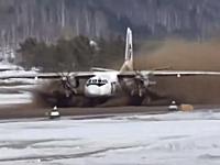 雪解け水でグチャグチャになった滑走路から強引に飛び立つ飛行機の映像。