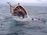 二人の漁師を乗せた漁船が沈没する瞬間。助けに向かった別の漁船が撮影