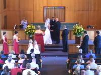 結婚式にまさかの珍入者が乱入するも厳粛な雰囲気のなか反応が薄いww