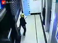 コンクリートブロックで後ろから後頭部に一撃!中国のATM強盗怖すぎ・・・。
