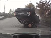 事故でポロリ。タクシーを追い抜こうとした車が激しく横転して乗員がポロリ