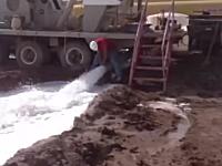 排水パイプの向きを変えようとして持ち上げたらぶっ飛ばされてしまう作業員