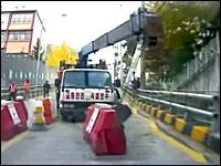 怖すぎワロタwww突っ込んでくる無人トラックからバックで逃げるドラレコ動画