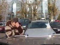 気の毒なビデオ。酷い停め方をした女性ドライバーのせいで困った事になる。