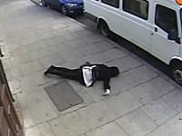 通り魔?通りを歩いていた16歳の少女が突然殴られてぶっ倒れる監視カメラ