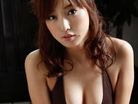 池田夏希 プールサイド、黄色のビキニ水着に身を包んで準備体操、手すりに掴まってセクシーポーズ