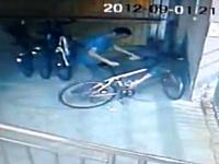 フルボッコYouTube。自転車どろぼうがバレてボッコボコにされる。ざまあw