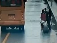 極悪ノックアウト。道路を歩いていたキャリーバックを引く女性の後頭部に。