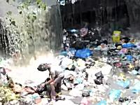 天然のゴミ処理施設と化しているカトマンズ市内の川。発展途上国の現状