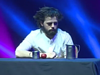 冴えない男が次から次へと現れる赤玉と格闘する面白マジック。Yann Frisch