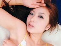 小倉遥 ベッドの上、赤のガードルにランジェリー姿でセクシーに寝転がる