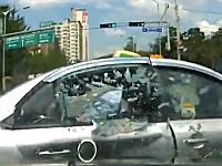 お客さんカワイソウ(´・_・`)完全信号無視なタクシーが交差点に突っ込んで・・・。