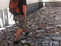 知らずに上を歩いたら確実にビックリする瓦礫。没?公司のアート作品。カナダ