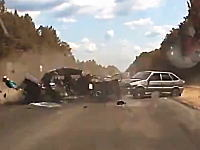 恐ろしい事故の瞬間。追突事故で押し出された車が対向車と激しく衝突