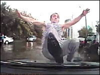 なにこれ怖い。車を運転してたら突然ヤバイやつに絡まれたドライブレコーダー。