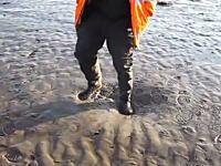 流砂の上を歩くとこうなる。ここに嵌ると満潮になったときに溺れ死ぬんだって。