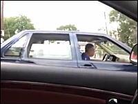 信号待ちで隣のおっさんがあまりにも陽気すぎる一瞬動画。これはワロタwww