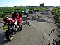 ロシアのあまりにも酷い道路。あまりのボッコボコっぷりに4輪車は引き返すw