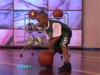 バスケの神童あらわる?!小さな少年の見事なドリブルとロングシュート!