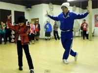 8歳のミニ・マイケルジャクソンが完全コピー。後ろにはダンサーのケント・モリさんも!